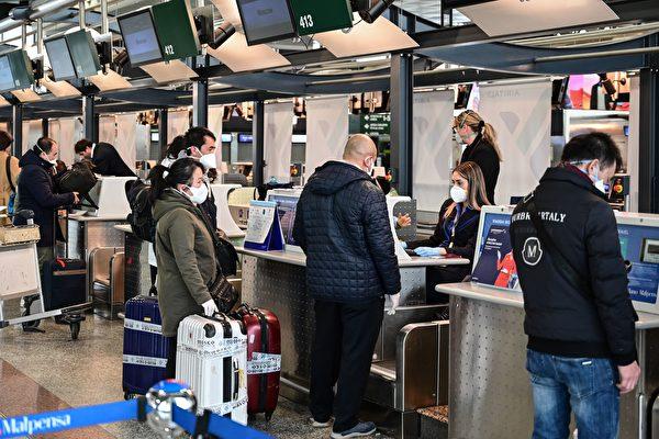 在登机之前,为了避免有病毒的人在机舱内传染给其他人,需通过采检,找出无症状但有病毒者。 (MIGUEL MEDINA/AFP via Getty Images)