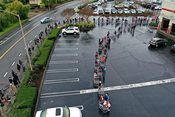 2020年3月14日,加州一家Costco門口大排長龍。(Justin Sullivan/Getty Images)