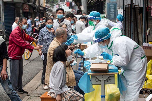 圖為2020年5月,武漢「十天大會戰」全民測核酸。(STR/AFP via Getty Images)