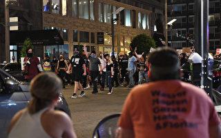 示威者砸街門闖私宅區 美國一夫婦持槍對峙