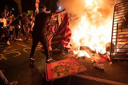 5月31日晚,抗議人群在白宮附近的街道焚燒物品。(ROBERTO SCHMIDT/AFP via Getty Images)