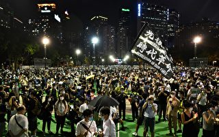 6月4日,香港市民在維園足球場悼念「六四」受難者。(ANTHONY WALLACE/AFP via Getty Images)