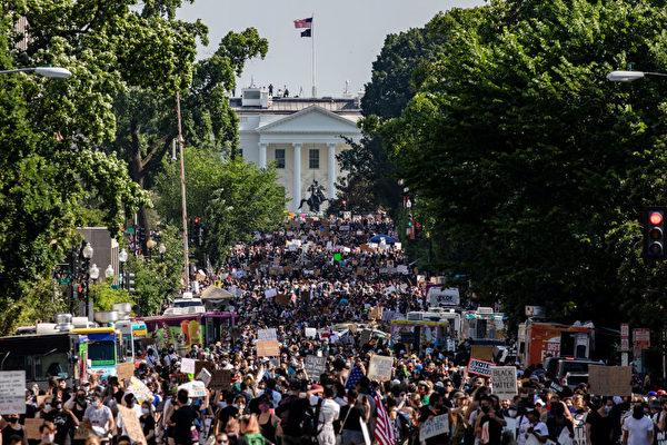 2020年6月6日,數千人在美國華盛頓DC舉行悼念喬治·弗洛伊德(George Floyd)之死的集會遊行,示威者延伸了至少五個街區。 (Samuel Corum/Getty Images)