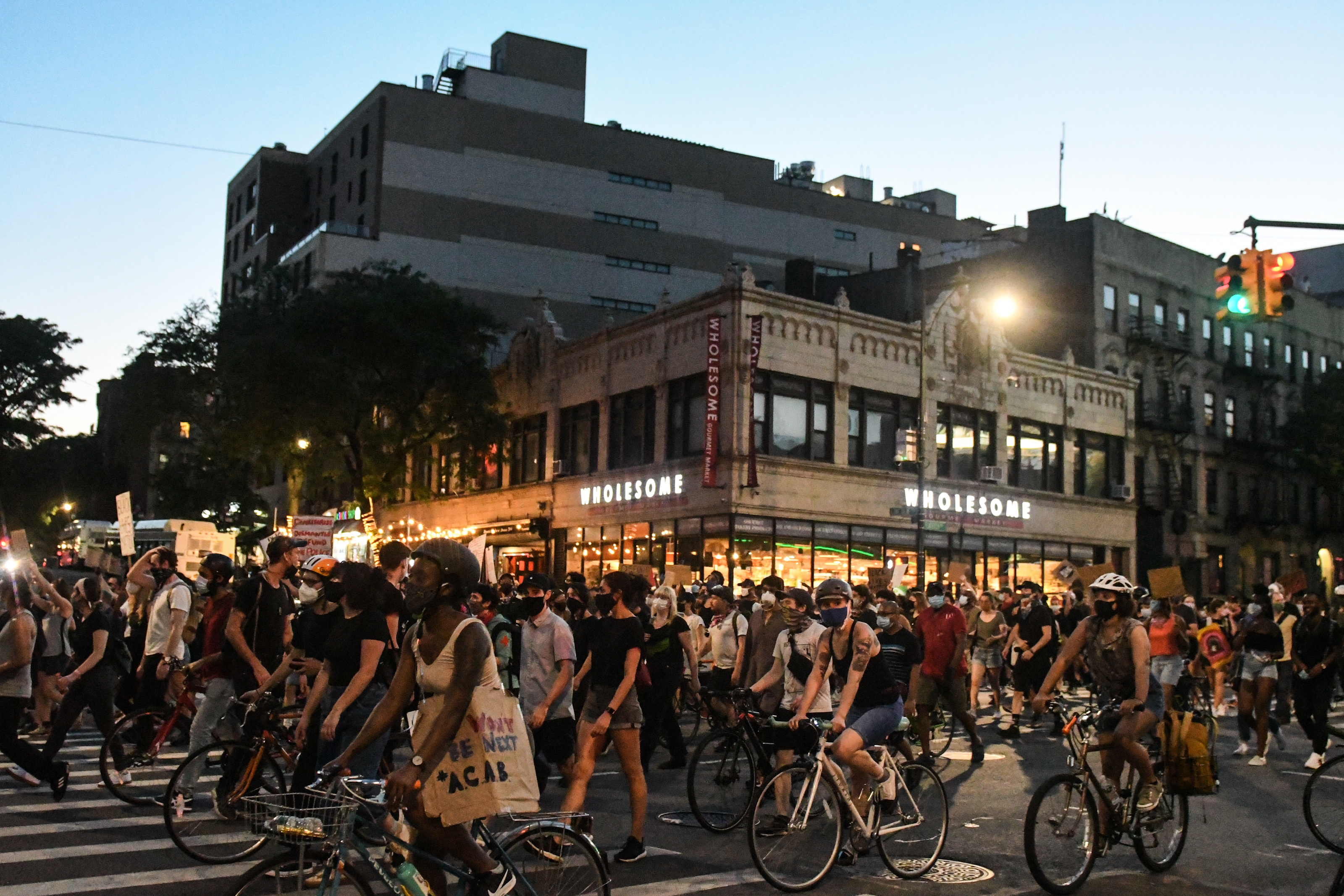 抗議逐漸趨於平靜 紐約市長提前解除宵禁令