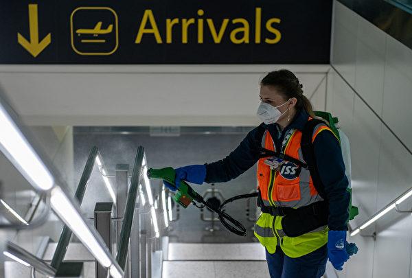 2020年6月9日,英國倫敦,格域機場(Gatwick Airport)的工作人員正在消毒扶手。(Chris J Ratcliffe/Getty Images)
