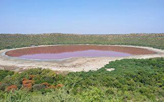 印度5萬年隕石湖突然變成粉紅色 原因不明