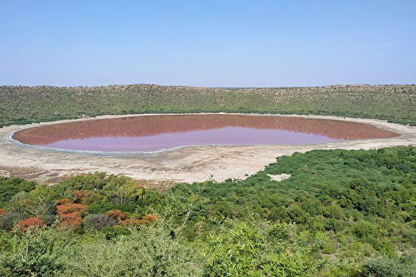 印度5万年陨石湖突然变成粉红色 原因不明