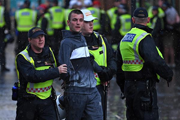 英首相:種族暴力沒有市場 襲警將受法律制裁