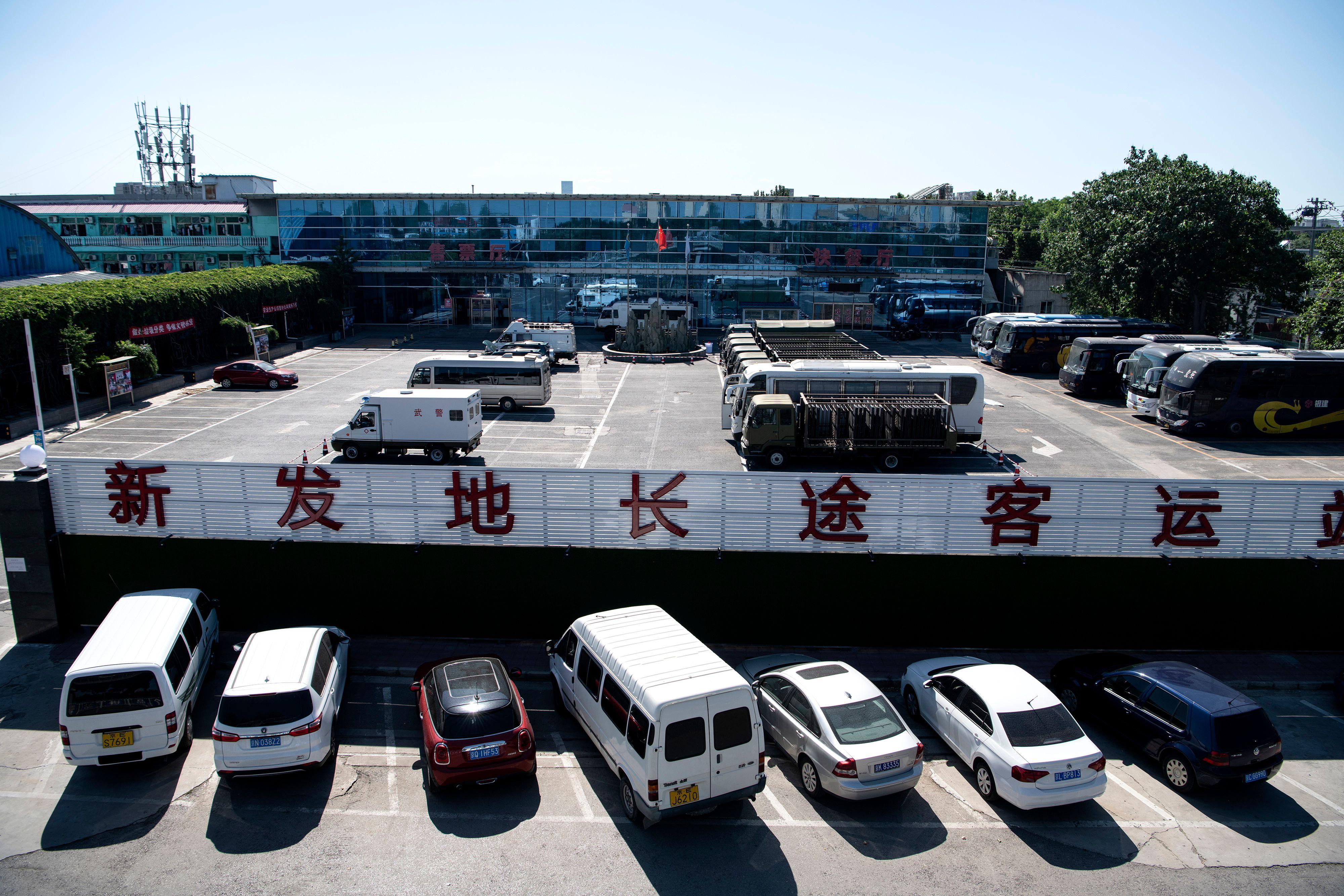 北京新發地批發市場疫情擴大。圖為新發地客運站6月13日已閉站,長途客運停運。(NOEL CELIS/AFP via Getty Images)