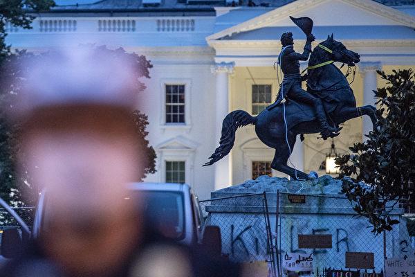 非裔弗洛伊德之死引發持續騷亂。2020年6月22日,一群示威者試圖推翻美國前總統安德魯·傑克遜(Andrew Jackson)位於白宮附近的雕像。(Eric BARADAT/AFP)