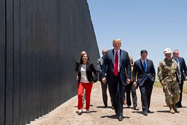 川普酷暑中訪邊界牆 談DACA和H-1B