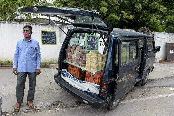 2020年6月26日,印度海得拉巴(Hyderabad),路邊小販戴著口罩。(NOAH SEELAM/AFP via Getty Images)