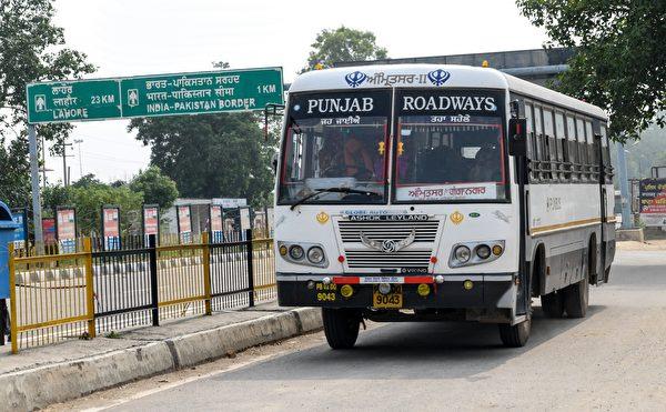 2020年6月27日,印度和巴基斯坦邊界的瓦加(Wagah),以前被困在巴基斯坦的印度國民正搭乘公車前往阿姆利則(Amritsar)的檢疫所。(NARINDER NANU/AFP via Getty Images)