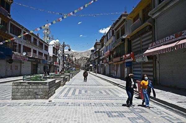 2020年6月28日,印度列城(Leh),已關閉的市場街上只有少部份民眾。(TAUSEEF MUSTAFA/AFP via Getty Images)