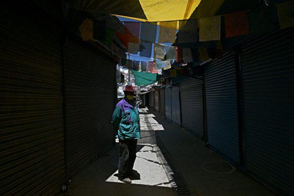 2020年6月28日,印度列城(Leh),關閉的市場街上有一名戴口罩的男子。(TAUSEEF MUSTAFA/AFP via Getty Images)