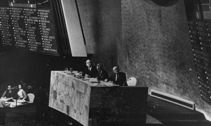 1971年10月25日,聯合國秘書長U Thant,大會主席Adam Malik和副秘書長Ca Etavropoulos宣佈中共治下的中國取代台灣成為聯合國成員國。(Keystone/Getty Images)