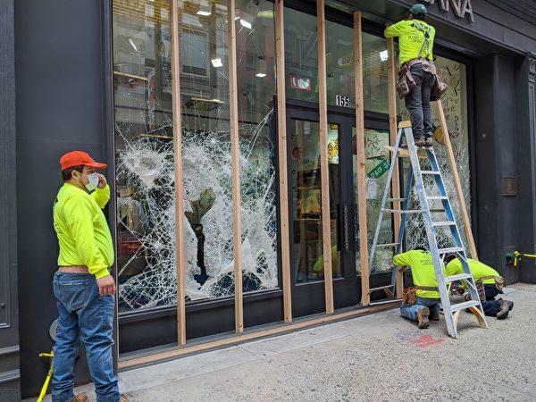 暴力抗議者在周一(6月1日)把曼哈頓蘇豪區(SOHO)一家商店的玻璃砸爛。(黃小堂/大紀元)