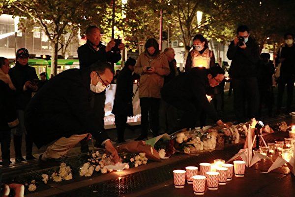 2020年6月4日晚,「澳洲維港」與「墨爾本中國民主人權」在墨爾本市中心的州立圖書館聯合主辦「燭光悼六四」集會。(李奕/大紀元)