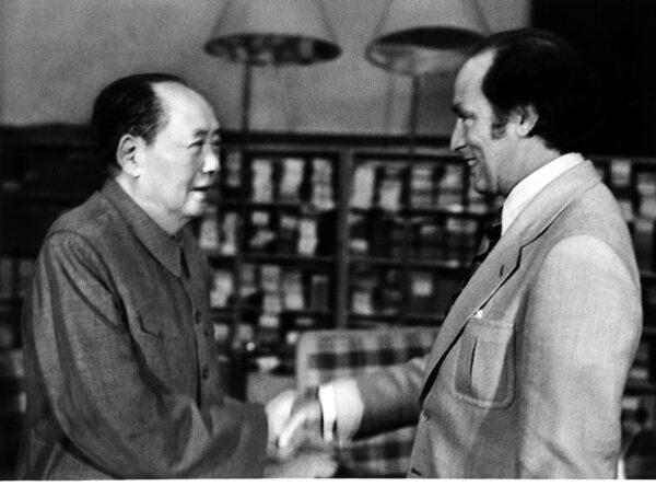 1973年10月13日,加拿大總理皮埃爾・杜魯多(右)與毛澤東握手。兩人是在中南海會晤的,杜魯多正在中國進行正式訪問。(CP Photo)