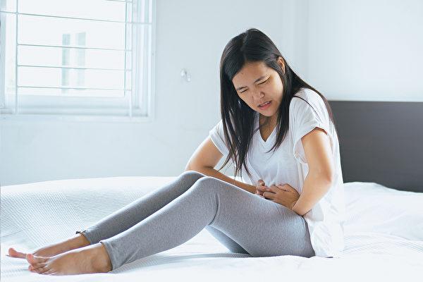 月经疼痛常常是气滞血瘀,一些保养方法可以帮助排经血、止经痛。(Shutterstock)