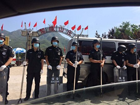 2010年6月12日,北京延壽鎮歐北木屋村被九百名黑衣保安包圍並進行強拆,其中部份保安堵住小區入口。(受訪者提供)