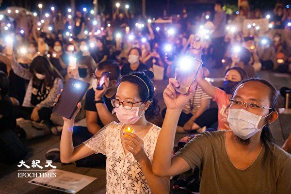 六四天安門事件31周年,「遍地燭光悼六四」活動2020年6月4日晚間在台北中正紀念堂自由廣場前舉辦,參與民眾點亮手機燈光唱歌。(陳柏州/大紀元)