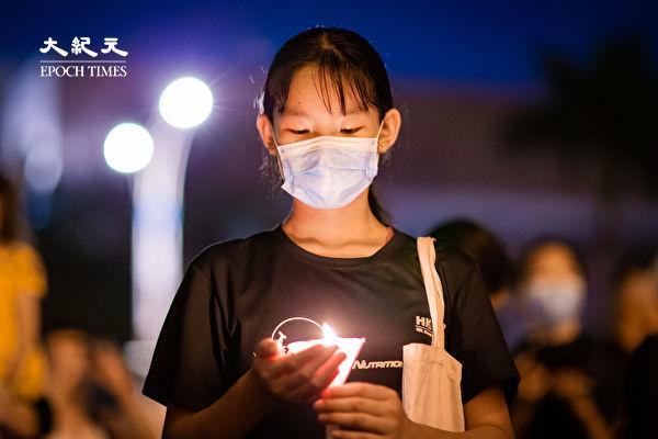六四天安門事件31周年,「遍地燭光悼六四」活動6月4日晚間在台北中正紀念堂自由廣場前舉辦,參與民眾點亮蠟燭默哀。(陳柏州/大紀元)