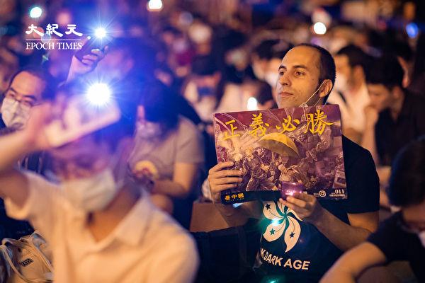 六四天安門事件31周年,「遍地燭光悼六四」活動6月4日晚間在台北中正紀念堂自由廣場前舉辦,參與民眾手舉「正義必勝」看板。(陳柏州/大紀元)