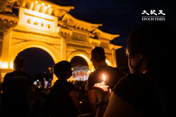 六四天安門事件31周年,「遍地燭光悼六四」活動6月4日晚間在台北中正紀念堂自由廣場前舉辦,參與民眾點亮蠟燭。(陳柏州/大紀元)