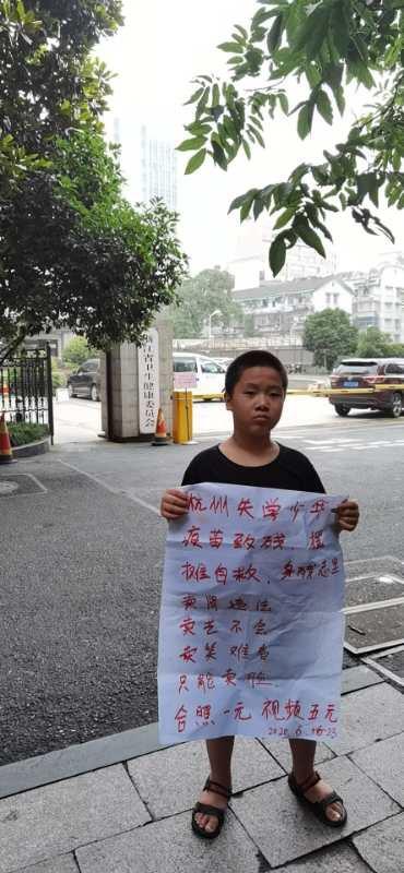 6月23日李允志和母親在浙江省衛健委繼續維權。(受訪者提供)