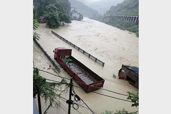 重庆綦江区安稳镇的同华大桥被洪水淹没。(受访人提供)