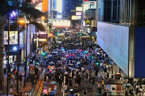 6月9日上千港人從皇后大道開始遊行,紀念反送中周年。(宋碧龍/大紀元)