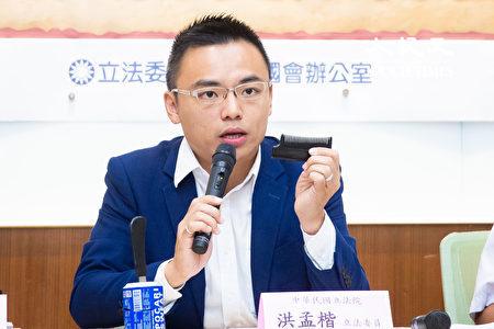 國民黨立委洪孟楷22日召開記者會指出,「隱藏版梳子刀」等新興刀具在網路上買賣非常容易,若進入校園後果不堪設想,呼籲警方依法加強查緝。