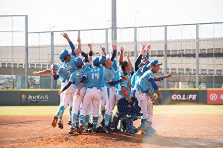 高雄市代表隊慶祝奪冠。