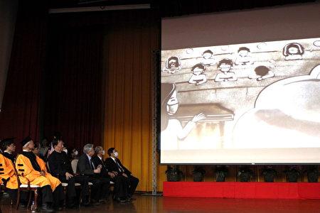 嘉大畢業典禮沙畫祝福,繪出最後一學期戴口罩上課的回憶。