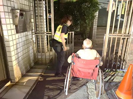 杨梅分局杨梅派出所女警吴晓珂发挥同理心护送老翁返家,避免危险的发生。
