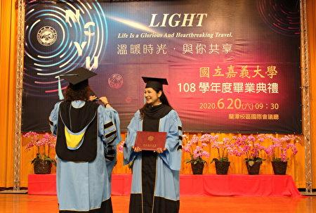 師範學院院長黃月純為教育學院博士班畢業生撥穗。