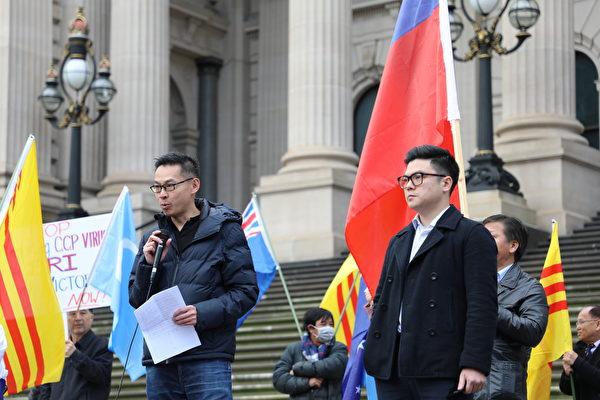 香港社區代表鄧先生(Wing Tang)在集會上發言。(Grace Yu/大紀元)