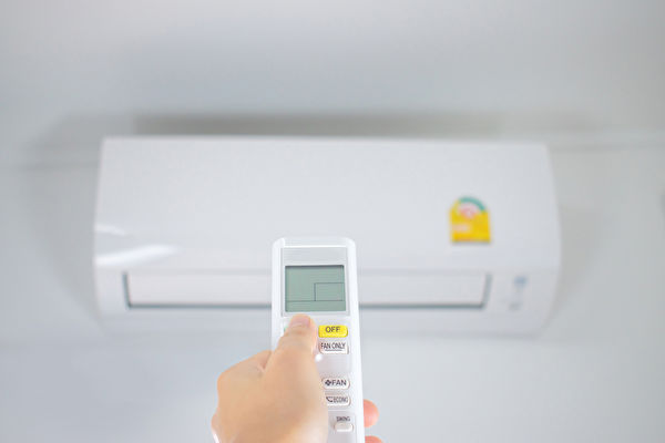冷氣吹不對容易肩頸僵硬、頭痛,如何正確吹冷氣、防生病?(Shutterstock)