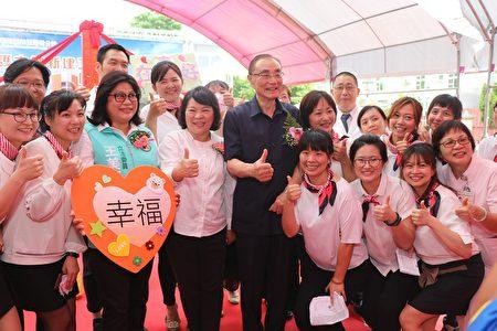 嘉義市長黃敏惠(1排左4)與國軍退除役官兵輔導委員主委馮世寬(1排左5)等人合照。