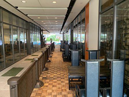 """位于法拉盛""""富顿一号广场""""的中餐馆,利用空中走廊提供堂吃。"""