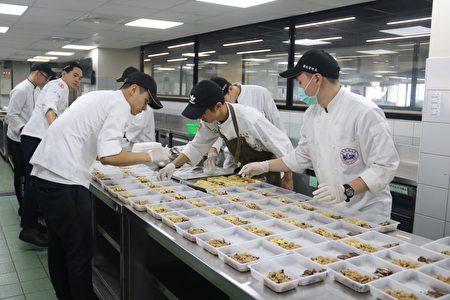 弘光餐旅相關四社團在疫情趨緩時,舉辦「仲夏之夜」聯合成果活動,透過在校內發售餐券,讓全校師生用經濟實惠價格便能品嚐到頂級美食。