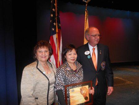 「中國婦權」組織創始人張菁(中)在獲得2013年美國獅會(Lions Club)「婦女勇氣獎」的大會上揭露中國婦女兒童人權災難。(受訪者提供)