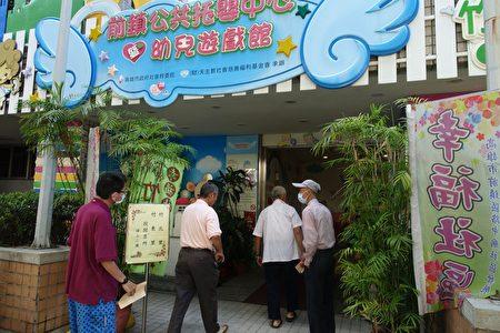 高雄清早风和日丽,前镇区竹北、竹东里民众,纷纷前往前镇区竹西里活动中心投票。