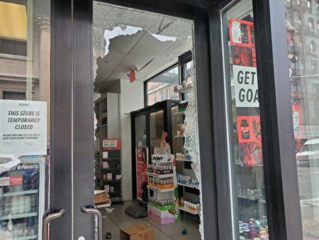 位於華埠格蘭街交伊莉莎白街附近的GNC藥房2日凌晨兩三點被示威者砸破大門,店內藥品被劫。(陳家齡提供)