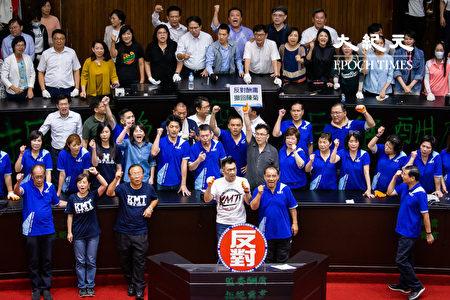 国民党立委29日持续占领立法院议场,蓝绿双方推挤将近1小时,民进党立委中午取得主席台主导权。