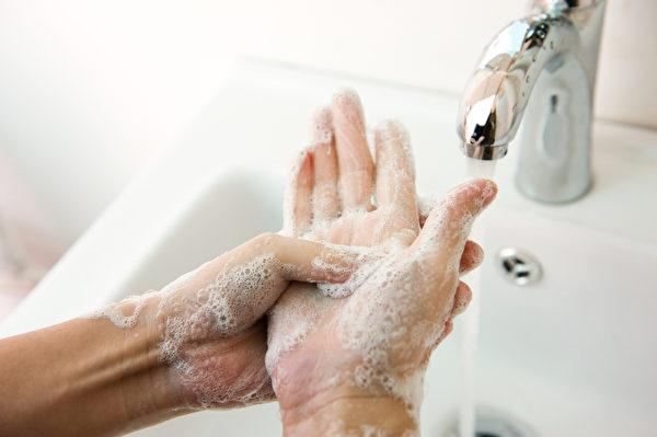 酒精干洗手液不能防所有病毒,而用肥皂洗手可预防有套膜及无套膜病毒。(Shutterstock)