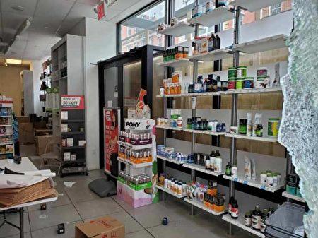 位於華埠格蘭街交伊莉莎白街附近的GNC藥房2日凌晨兩三點被示威者砸破大門。(陳家齡提供)