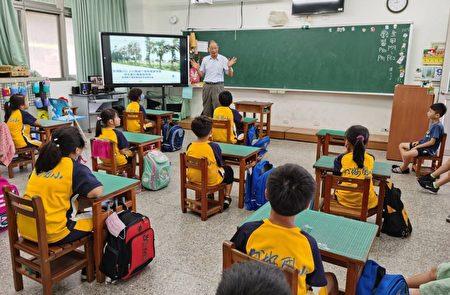林业技师陈朝圳向外埯国小师生介绍都市林的功能。