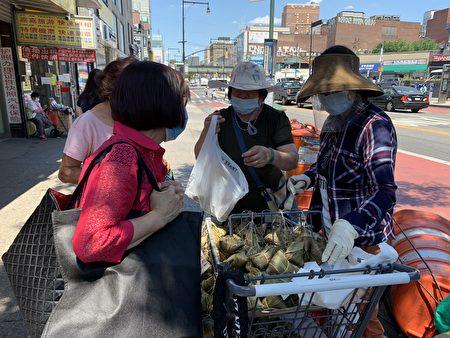 胡姐每逢端午節都通宵達旦在家包粽子,第二天拿到街上賣,日銷千只,如果不是疫情,生意會更好。